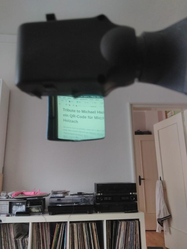 So sieht es für den Träger des HMDs aus. Der Nutzer sieht das Minidisplay über einen kleinen Spiegel, so dass wegen des verdoppelten Abstands ohne Anstrengung der Desktop oder die Anwendung betrachtet werden kann.